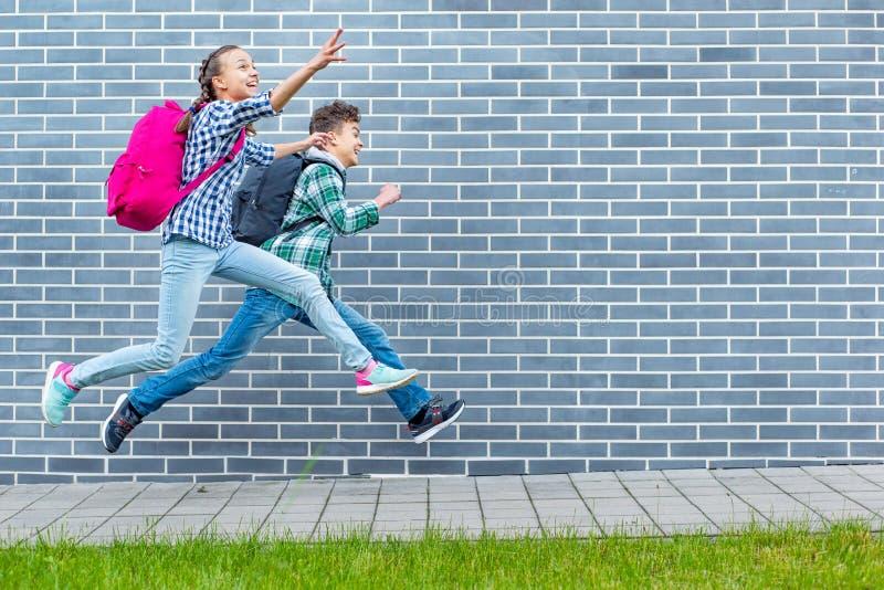 Tienerjongen en meisje terug naar school stock foto