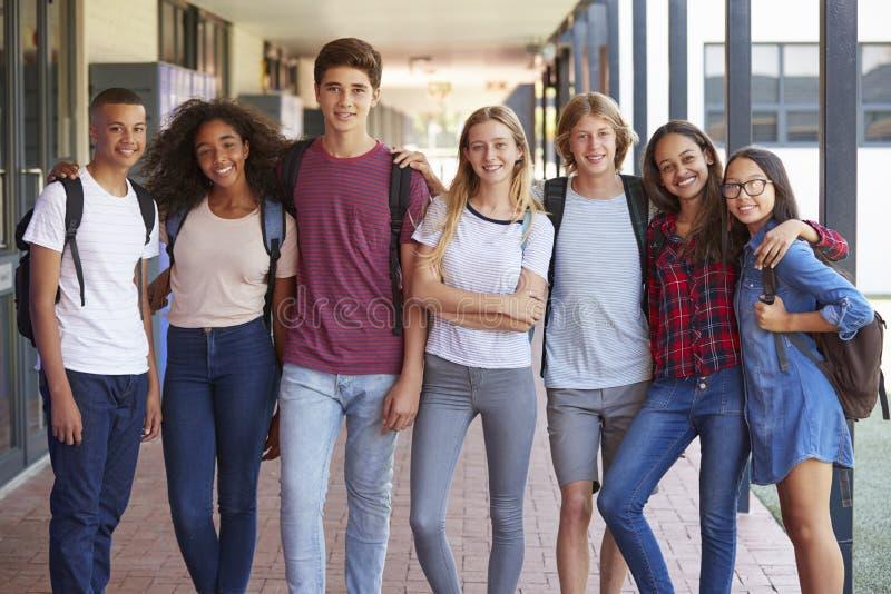 Tienerklasgenoten die zich in middelbare schoolgang bevinden