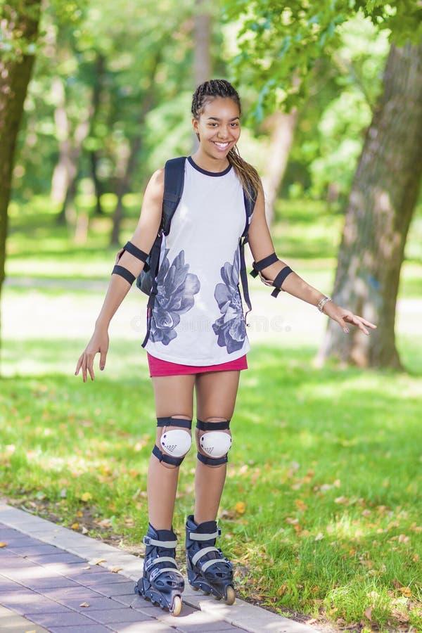 Tienerlevensstijlconcepten en Ideeën Sportieve Afrikaanse Amerikaanse Vrouwelijke Tiener die Pret hebben royalty-vrije stock afbeeldingen