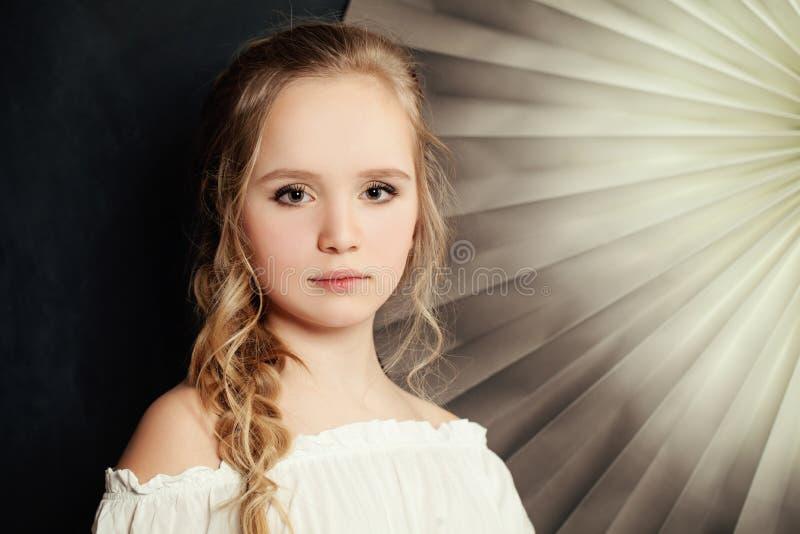 Tienermanier Meisje met blond krullend haar royalty-vrije stock foto's