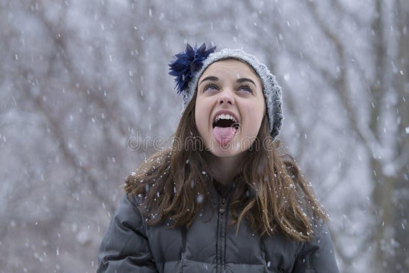 Tienermeisje in de sneeuw stock foto's