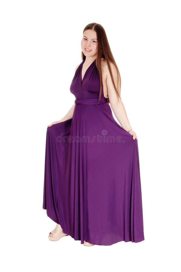 Tienermeisje de status in haar Bourgondië prom kleedt zich stock afbeelding