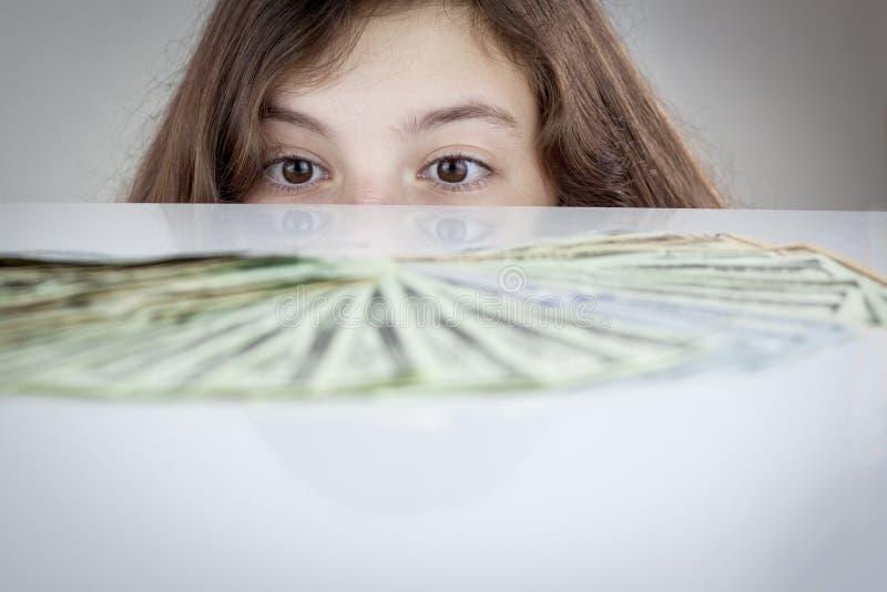 Tienermeisje die Amerikaanse dollars bekijken royalty-vrije stock afbeeldingen