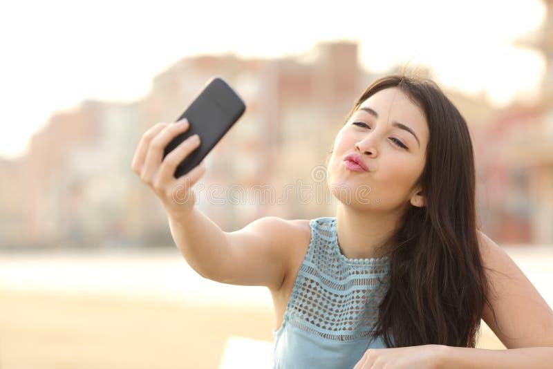 Tienermeisje die een selfie met een slimme telefoon fotograferen stock fotografie