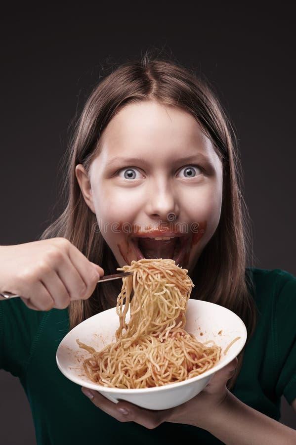 Tienermeisje die greedily eten stock foto