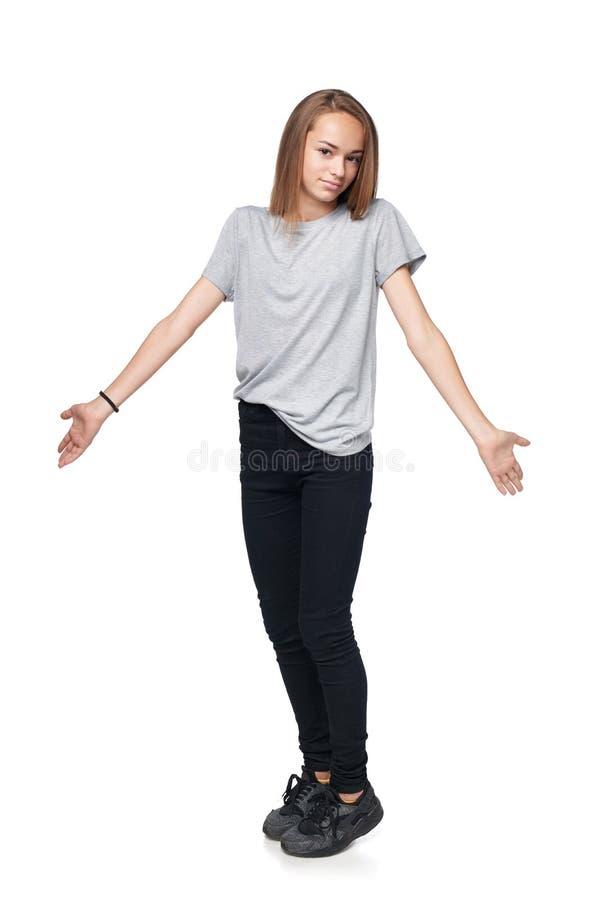 Tienermeisje die in volledige lengte haar schouders ophalen royalty-vrije stock foto