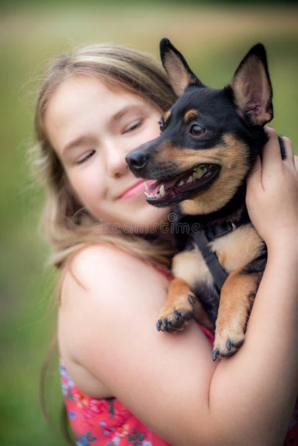 Tienermeisje en hond stock fotografie