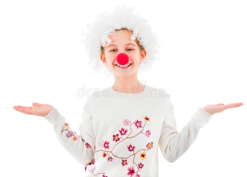 Tienermeisje in geïsoleerde clownpruik en rode neus royalty-vrije stock foto's