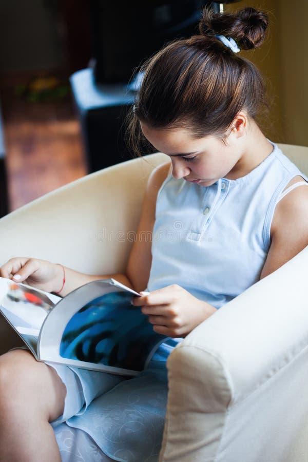 Tienermeisje gelezen tijdschrift stock afbeelding