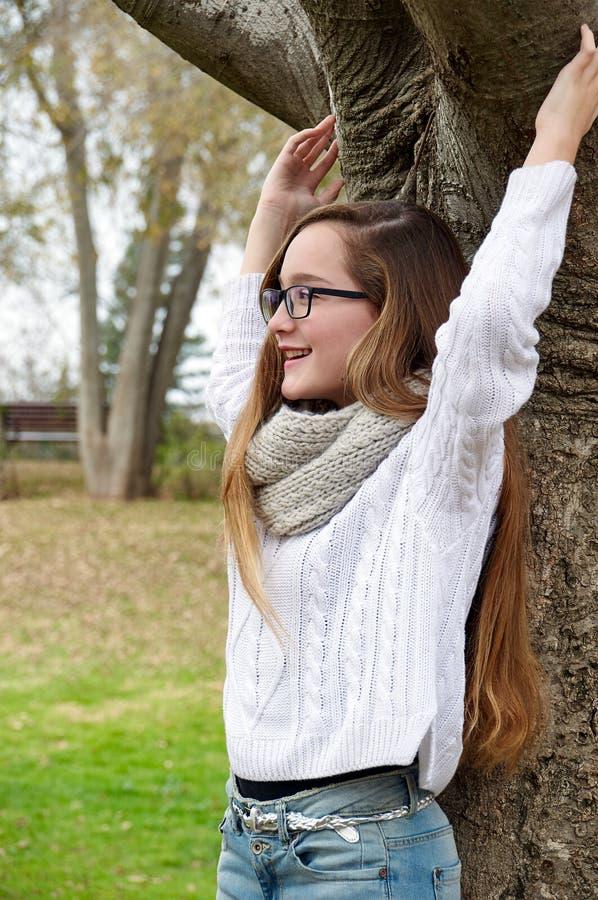 Tienermeisje in het de lentepark royalty-vrije stock afbeelding