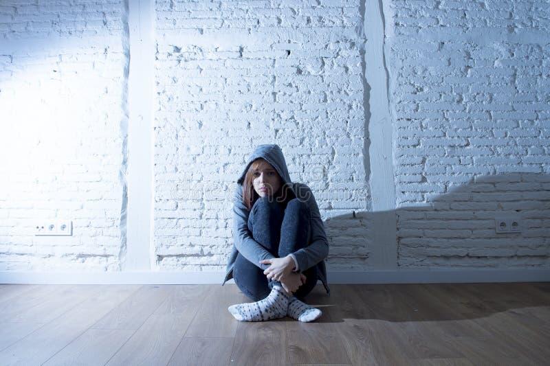 Tienermeisje of het jonge vrouwengevoel droevige en doen schrikken kijken overweldigd en gedeprimeerd stock afbeeldingen