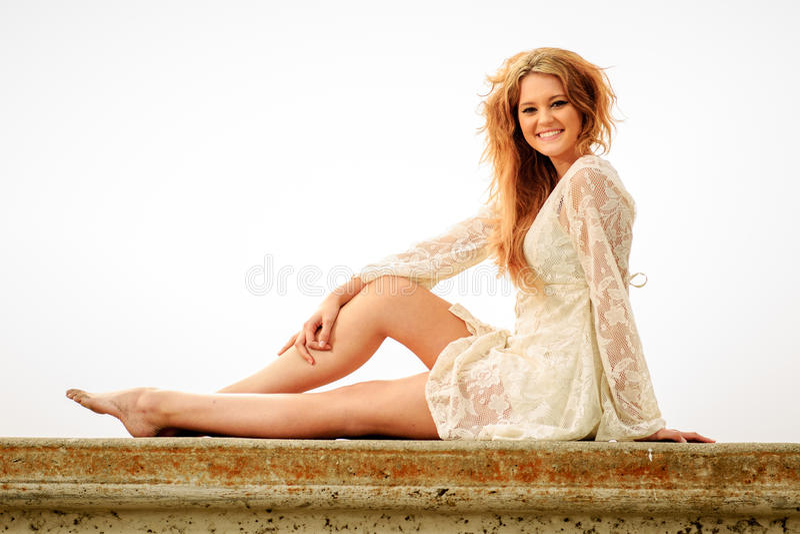 Tienermeisje het ontspannen op een muur in de mist royalty-vrije stock foto