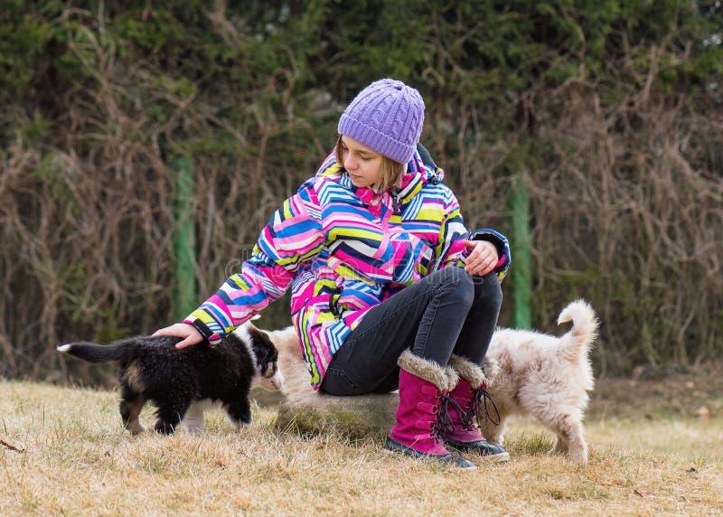 Tienermeisje het spelen met puppy royalty-vrije stock fotografie