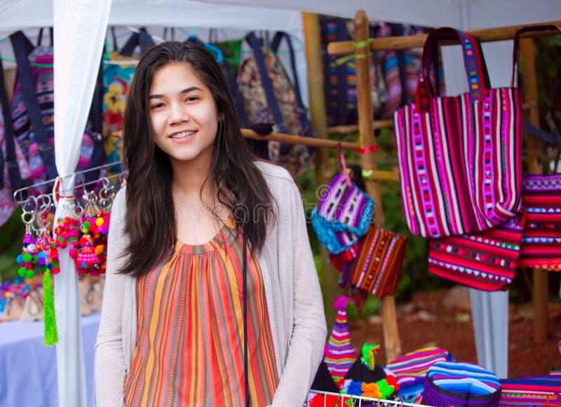 Tienermeisje het winkelen openluchtbazaar in Thailand stock afbeelding