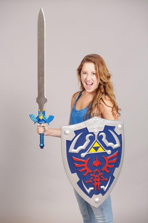 Tienermeisje met cosplay zwaard en schild royalty-vrije stock fotografie