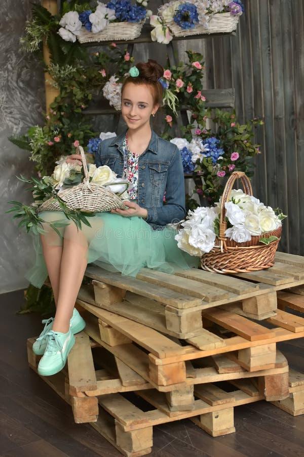 Tienermeisje met een mand van bloemen royalty-vrije stock afbeeldingen