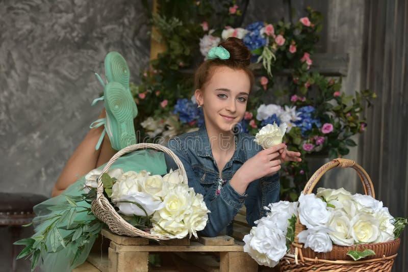Tienermeisje met een mand van bloemen royalty-vrije stock fotografie