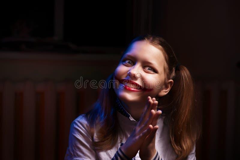 Tienermeisje met een sinistere glimlach royalty-vrije stock afbeeldingen