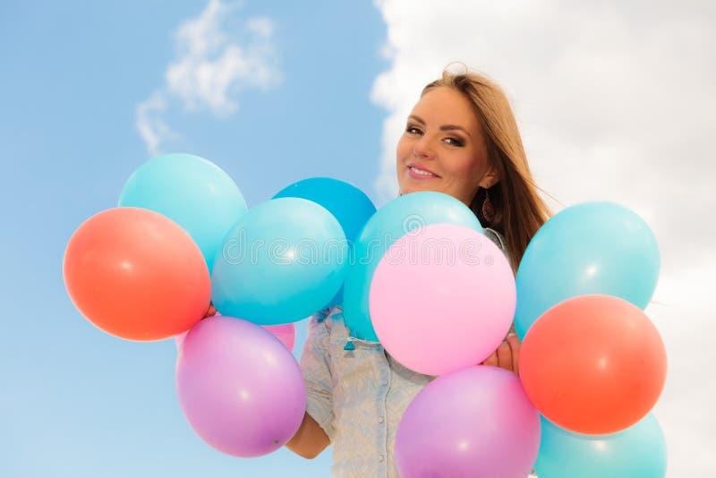 Download Tienermeisje Met Kleurrijke Ballons Stock Afbeelding - Afbeelding bestaande uit onbezorgd, meisje: 54091175