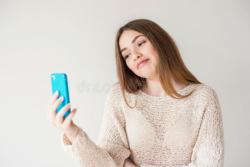 Tienermeisje met lang haar die op Skype op uw telefoon spreken royalty-vrije stock fotografie