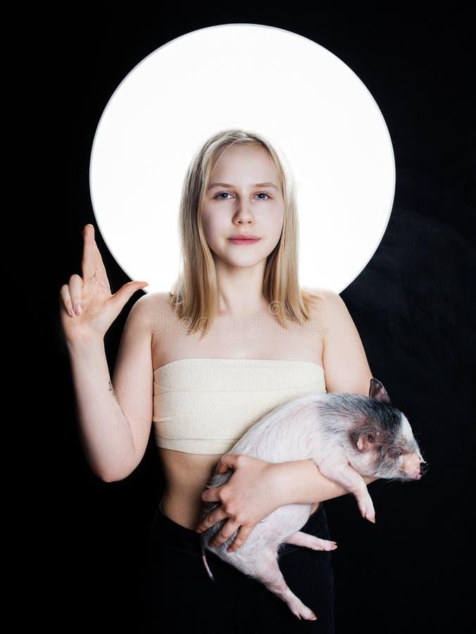 Tienermeisje met minivarken, creatief portret stock afbeeldingen