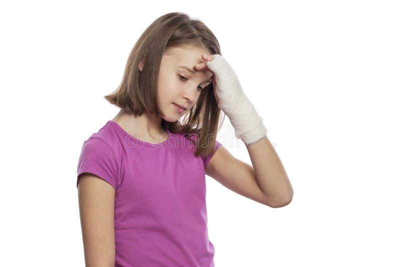 Tienermeisje met pleister op hand Geïsoleerd op een witte achtergrond stock fotografie