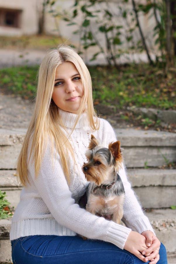 Tienermeisje met weinig hond royalty-vrije stock fotografie