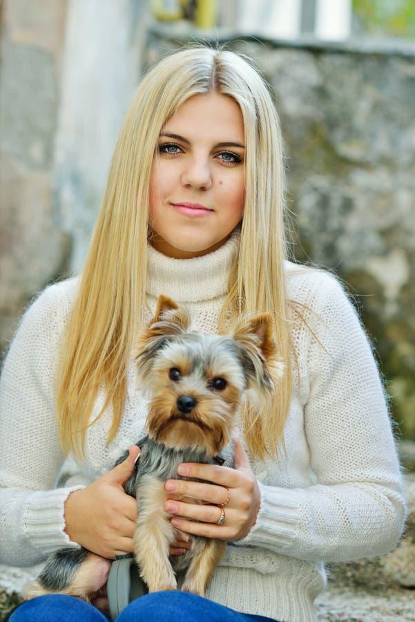 Tienermeisje met weinig hond stock afbeelding