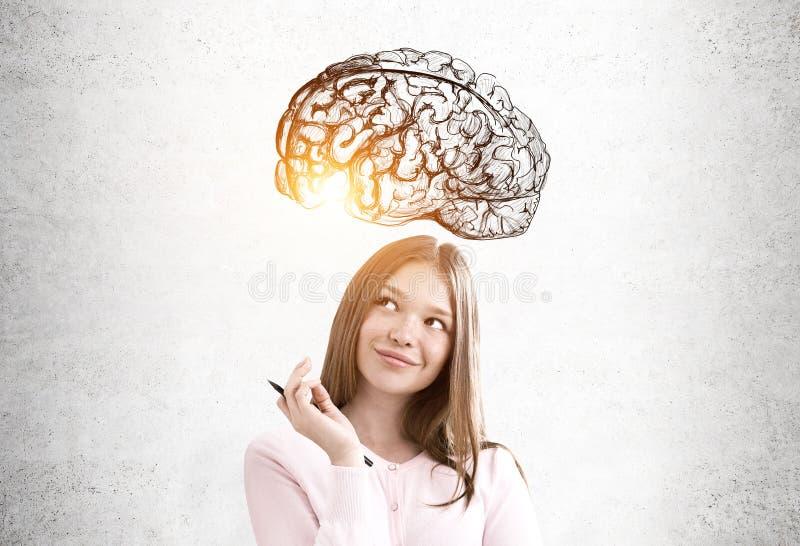 Tienermeisje in roze en een hersenenschets royalty-vrije stock foto