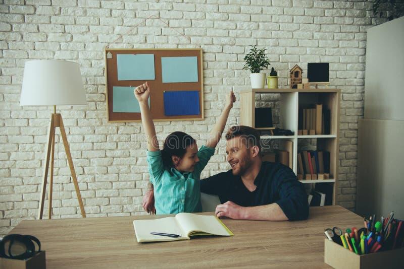 Tienermeisje voltooid thuiswerk van school royalty-vrije stock foto's