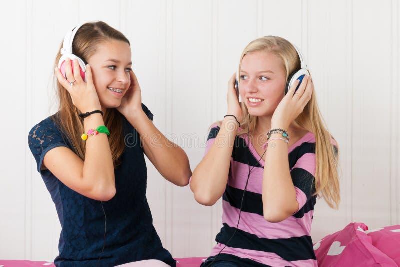 Tienermeisjes met hoofdtelefoons royalty-vrije stock fotografie