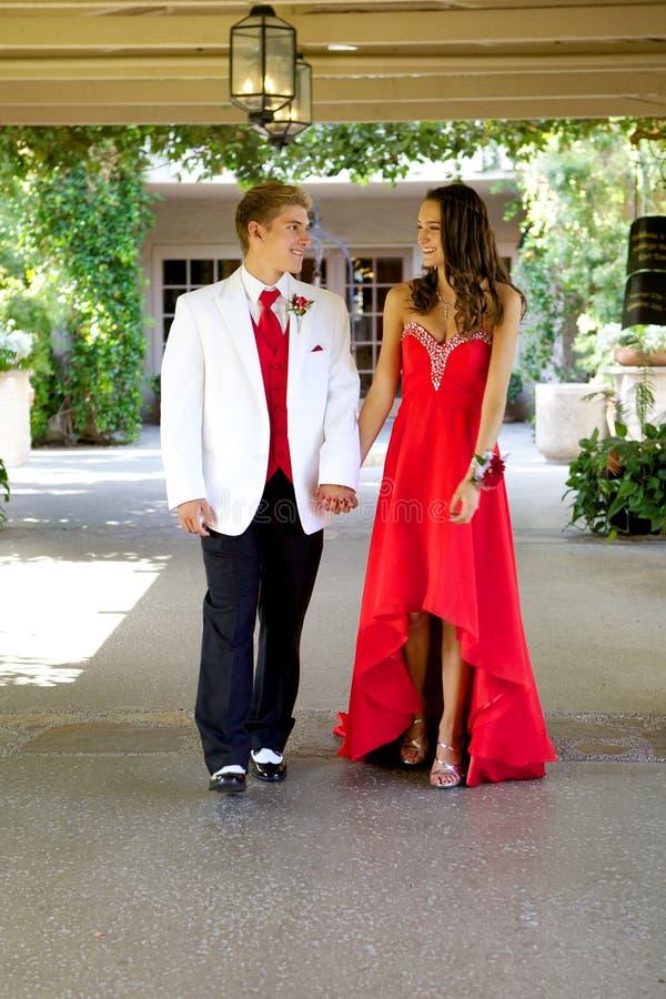 Tienerpaar die naar Prom gaan die en bij elkaar lopen glimlachen royalty-vrije stock afbeelding