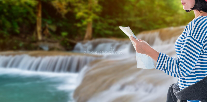 Tienerreis met de kaart van het land, jong toeristenmeisje op vakantie royalty-vrije stock foto's