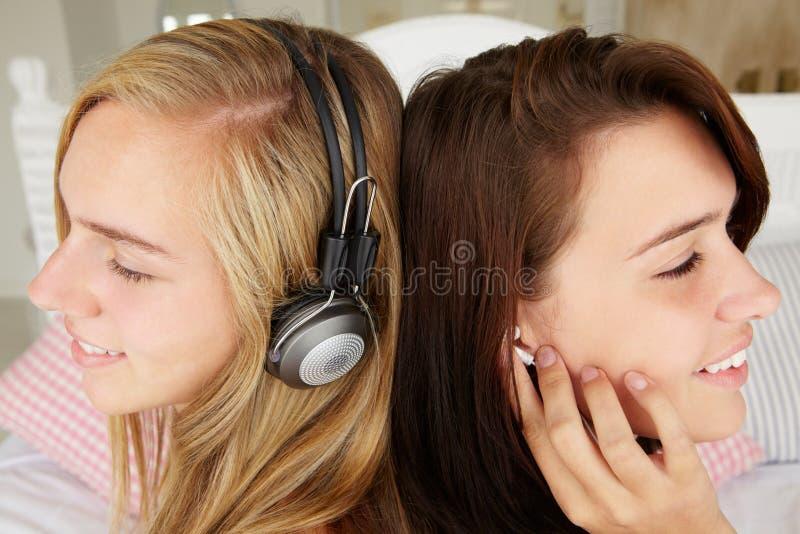 Tieners die aan muziek luisteren royalty-vrije stock afbeeldingen