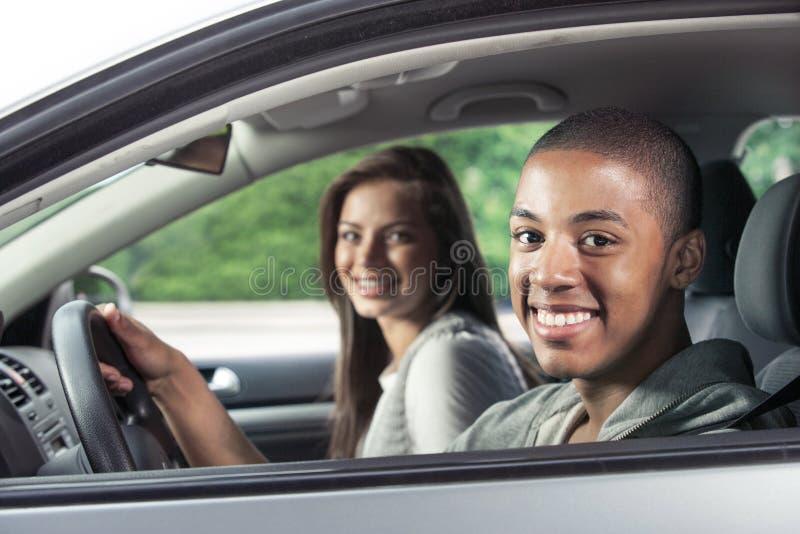 Tieners die auto drijven stock foto's