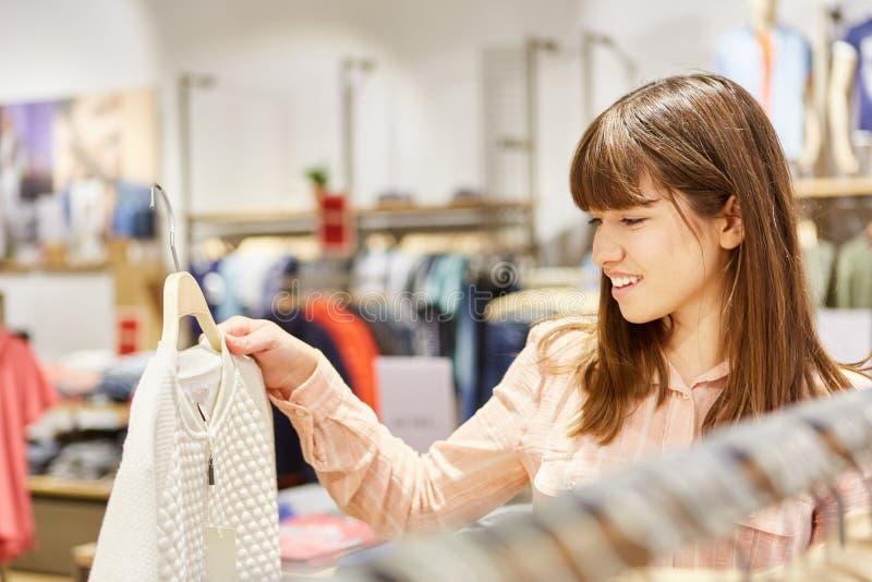 Tieners die bij kleinhandel winkelen stock afbeelding