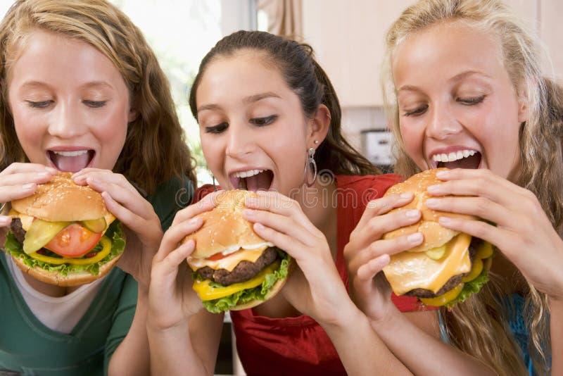 Tieners die Burgers eten stock foto's