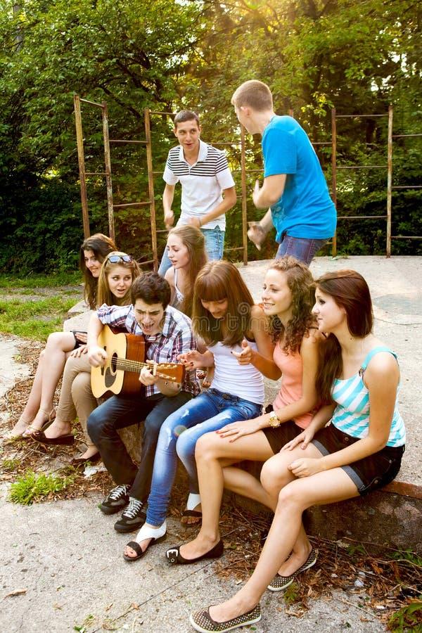 Tieners die gitaar en het zingen spelen royalty-vrije stock fotografie