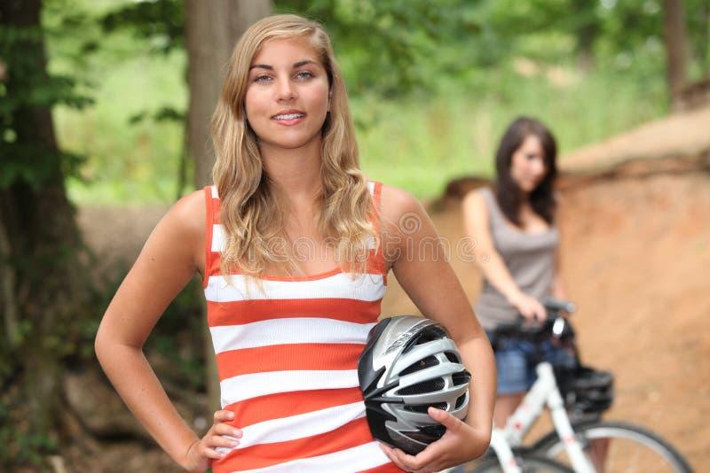Meisjes die hun fietsen berijden stock afbeeldingen