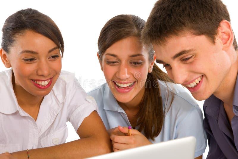 Tieners die laptop met behulp van royalty-vrije stock fotografie