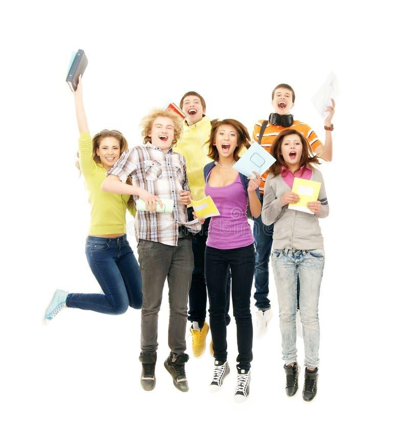 Tieners die samen op wit springen stock foto