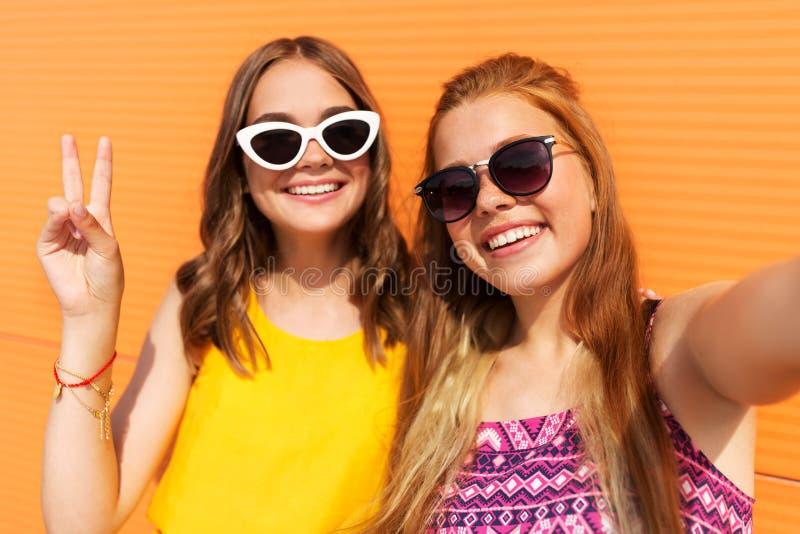 Tieners die selfie in de zomer nemen stock foto