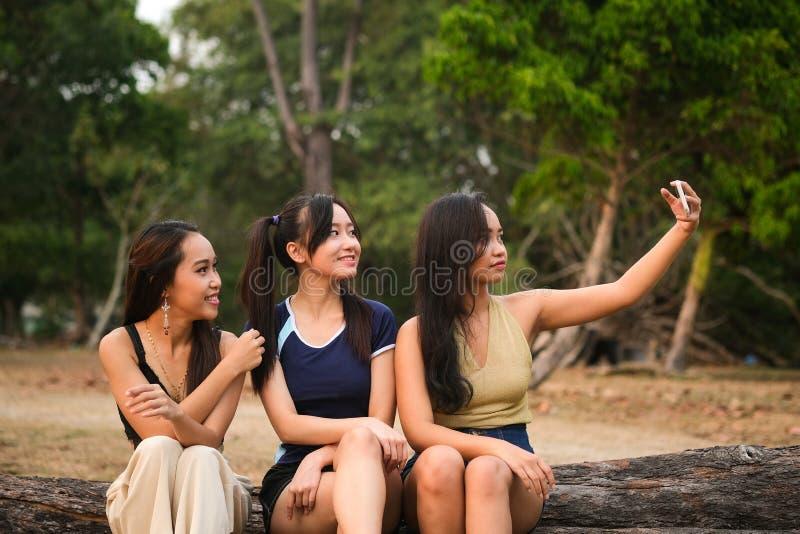 Tieners die selfies nemen stock fotografie
