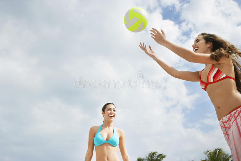 Tieners die Strandvolleyball spelen royalty-vrije stock foto's
