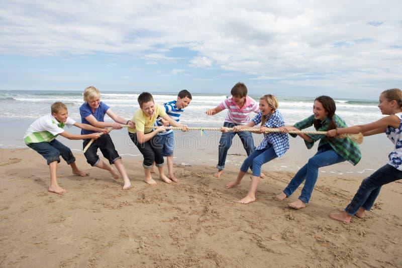 Tieners die touwtrekwedstrijd spelen stock afbeeldingen