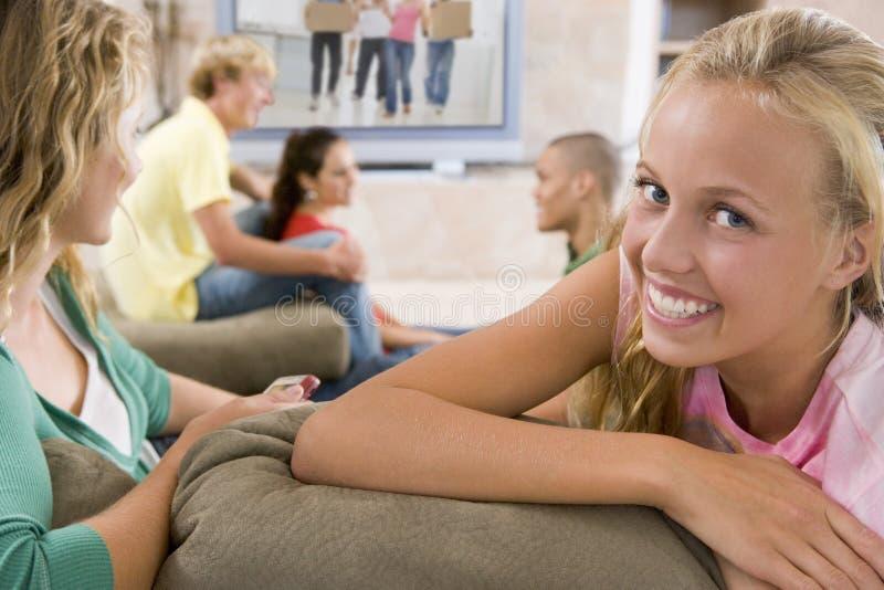 Tieners die uit voor Televisie hangen stock foto's