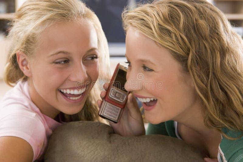 Tieners die uit voor Televisie hangen stock foto