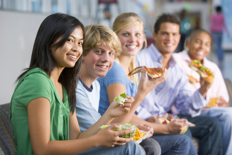 Tieners die van lunch samen genieten stock foto