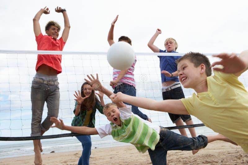Tieners die volleyball spelen royalty-vrije stock afbeeldingen