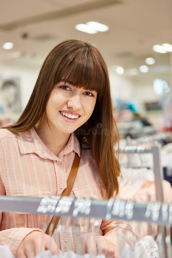 Tieners die voor kleren winkelen stock foto